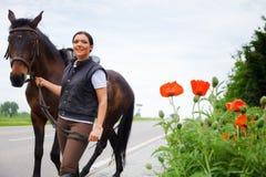 Ung kvinna och hennes häst Royaltyfri Fotografi