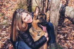 Ung kvinna och hund Arkivfoto