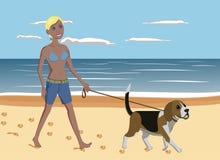 Ung kvinna och hund som går på stranden Fotografering för Bildbyråer