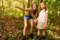 Ung kvinna och liten flicka i skogen royaltyfria bilder