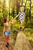 Ung kvinna och liten flicka i skogen royaltyfri fotografi