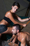 Ung kvinna och man i fabrik Arkivfoton