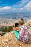 Ung kvinna och panoramautsikt från bergen Royaltyfria Foton