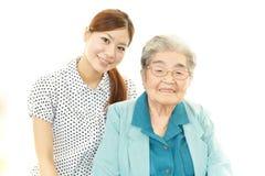 Ung kvinna och pensionärkvinna Arkivbild