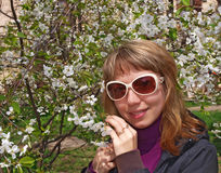 Ung kvinna och träd i blomning Arkivbilder