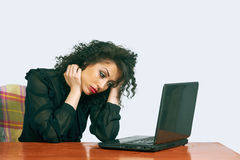 Ung kvinna på arbete i kontoret irritation arkivbild