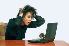 Ung kvinna på arbete i kontoret irritation royaltyfria foton