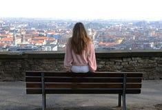 Ung kvinna på bänken Royaltyfri Foto