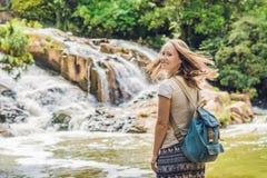 Ung kvinna på bakgrunden av den härliga Camly vattenfallet i Da-Latstad arkivbild