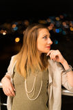 Ung kvinna på Balkony Royaltyfria Bilder