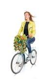 Ung kvinna på cykeln fotografering för bildbyråer