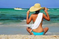 Ung kvinna på den medelhavs- stranden Arkivbild