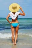 Ung kvinna på den medelhavs- stranden Arkivbilder