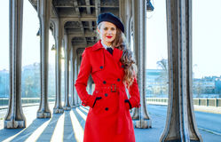 Ung kvinna på den Pont de Bir-Hakeim bron i Paris Royaltyfri Foto