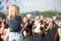 Ung kvinna på den utomhus- musikfestivalen Royaltyfri Bild