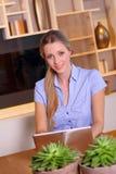 Ung kvinna på en bärbar dator Royaltyfri Fotografi