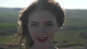Ung kvinna på en bakgrund av en horisontlinje lager videofilmer