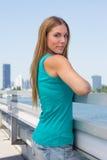 Ung kvinna på en bro Arkivfoto