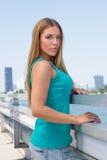 Ung kvinna på en bro Fotografering för Bildbyråer