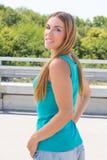 Ung kvinna på en bro Royaltyfri Bild
