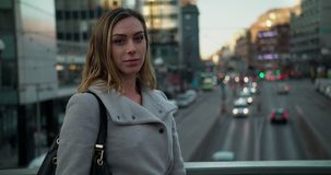 Ung kvinna på en bro i Stockholm affärsområde lager videofilmer