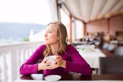 Ung kvinna på en Cafe royaltyfri bild