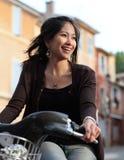 Ung kvinna på en cykel Arkivfoto