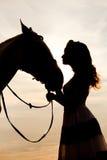 Ung kvinna på en häst Hästryggryttare, kvinnaridninghäst på b Arkivfoton