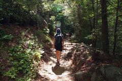 Ung kvinna på en slinga i de rökiga bergen arkivfoton