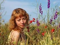 Ung kvinna på en sommaräng Royaltyfri Foto