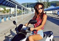 Ung kvinna på en sparkcykel Arkivfoton