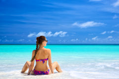Ung kvinna på en strand Arkivbild