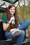 Ung kvinna på en vägtur royaltyfri foto