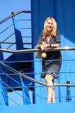 Ung kvinna på en yacht Arkivfoto
