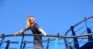 Ung kvinna på en yacht Fotografering för Bildbyråer