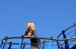 Ung kvinna på en yacht Royaltyfria Bilder