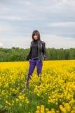 Ung kvinna på fältet Arkivbilder
