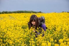 Ung kvinna på fältet Royaltyfria Bilder