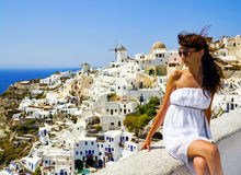 Ung kvinna på ferier, Santorini royaltyfria foton