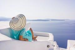 Ung kvinna på ferier, Santorini Oia stad Arkivfoto