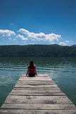 Ung kvinna på flodkust Arkivbild