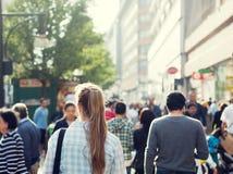 Ung kvinna på gatan Arkivfoto