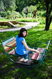 Ung kvinna på gunga Arkivbilder