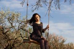 Ung kvinna på gungan Arkivfoton