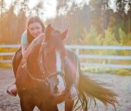 Ung kvinna på häst Royaltyfri Fotografi
