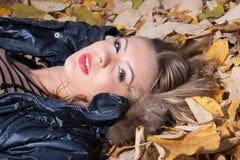 Ung kvinna på höstleafen Arkivfoton