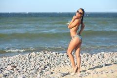 Ung kvinna på havet Royaltyfria Bilder