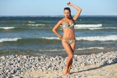 Ung kvinna på havet Fotografering för Bildbyråer