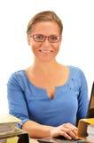 Ung kvinna på kontorsskrivbordet som isoleras på vit royaltyfri fotografi