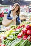 Ung kvinna på marknaden Royaltyfri Fotografi
